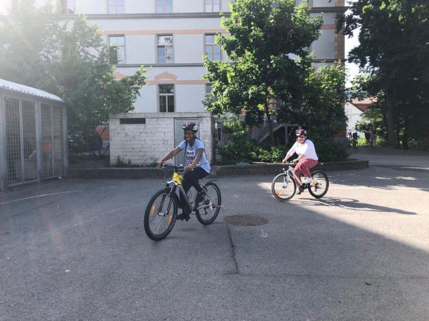 Acht Frauen, ein Ziel: Fahrrad fahren lernen.